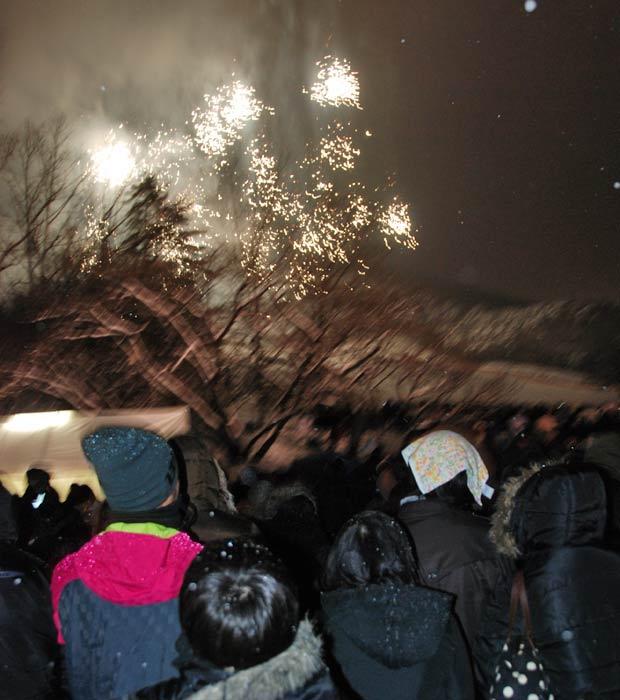 Homenagem às vítimas do terremoto no Japão teve uma queima de fogos na montanha de  Izumigaoka, em Sendai, a maior cidade atingida pelo tsunami. Cerca de 3 mil pessoas participaram da celebração que utilizou 20 mil fogos,  quase um para cada vítima (Foram pouco mais de 19 mil mortos e desaparecidos). (Foto: Roberto Kovalick/TV Globo)