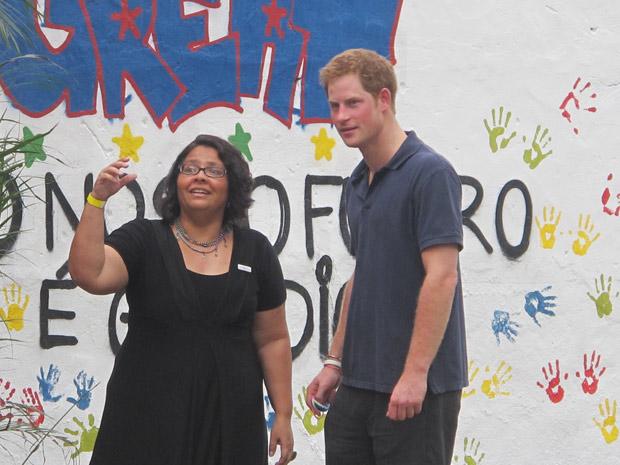 Kátia Edmundo, coordenadora executiva do Centro de Promoção da Saúde, que administra a ONG Educap, e o príncipe Harry durante a inauguração da sede (Foto: Tássia Thum/G1)