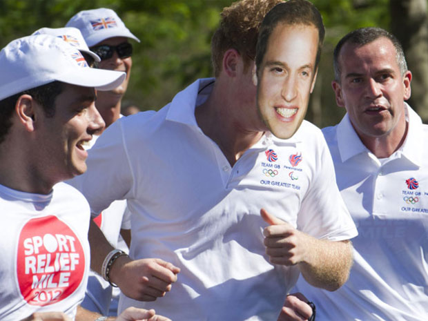 Harry corre no Aterro com a máscara do irmão William (Foto: Reuteurs)