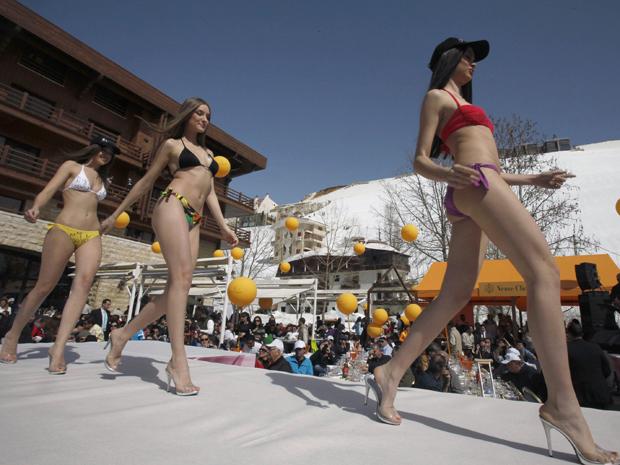Modelos participam de desfile de lingerie no Ski and Fashion Festival 2012 no Líbano (Foto: Reuters/Sharif karim)