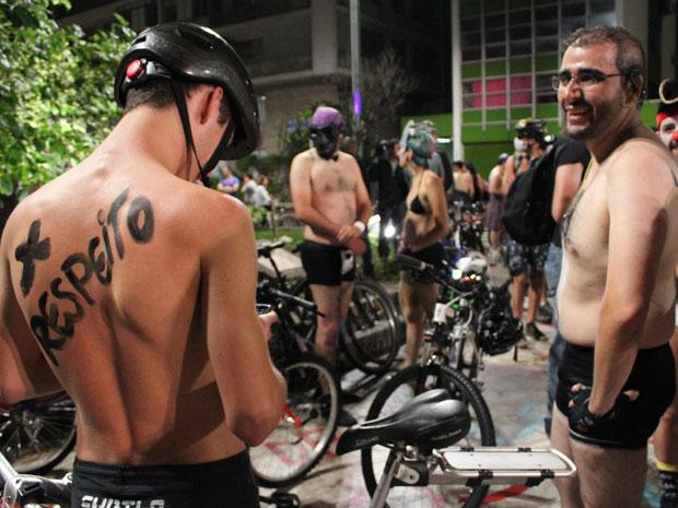 Cicloativistas tiraram a roupa na Avenida Paulista neste sábado (10) para pedir mais segurança no trânsito. O evento é chamado 'Pedalada Pelada' e já foi realizado em diferentes cidades do mundo. (Foto: Alexandre Nascimento / G1)