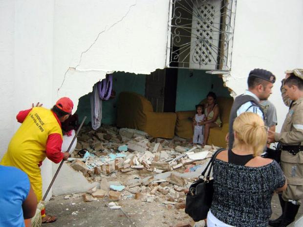 Família tem casa invadida por carro enquanto dormiam (Foto: Wilson Gomes/wilsonreporter.blogspot)