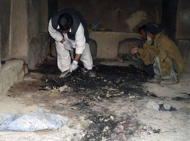Afegãos observam local de massacre na província de Kandahar. (Foto: Ahmad Nadeem/Reuters)