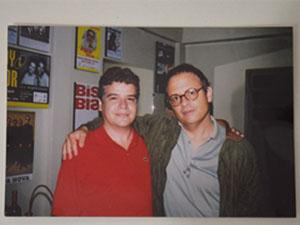Uma das fotos que Edson tem com o ídolo Guilherme Arantes (Foto: Arquivo Pessoal)