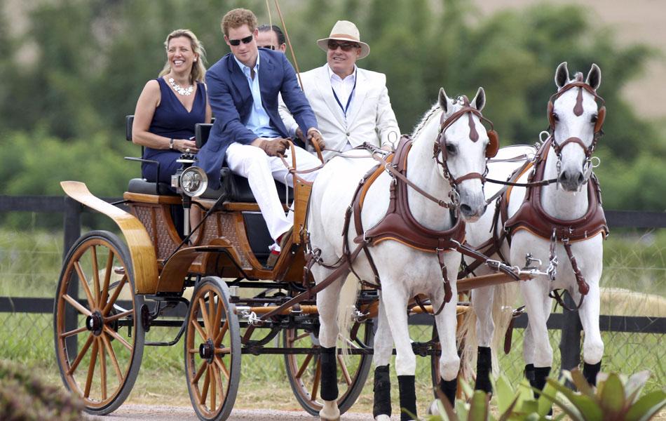 Príncipe Harry anda de carruagem em Monte Mor