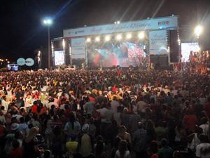 Milhares de pessoas foram ao Marco Zero. (Foto: Katherine Coutinho / G1)