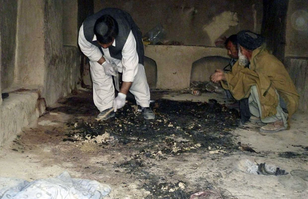 Afegãos investigam local do massacre, em Kandahar (Foto: Ahmad Nadeem/Reuters)