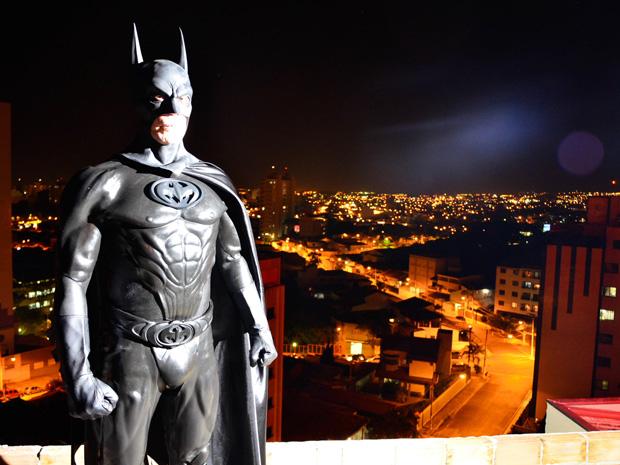 'Batman' posa com a cidade de Taubaté ao fundo (Foto: Thiago Leon/O Vale)