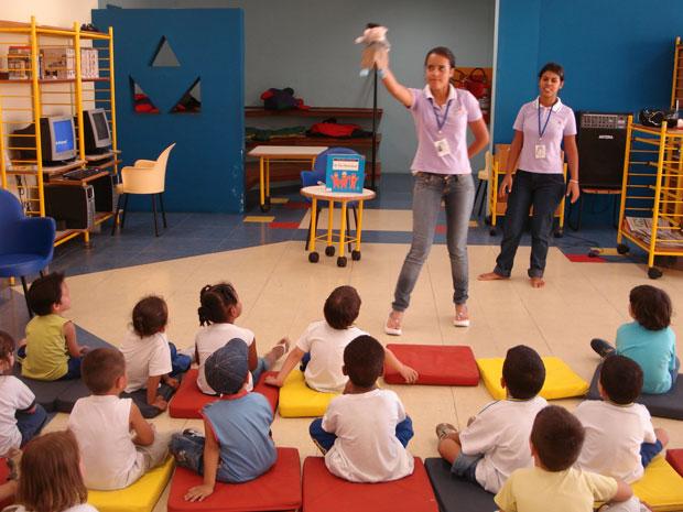 Adolescentes que participam do projeto contam histórias nas bibliotecas das escolas infantis da rede  (Foto: Prefeitura de São Bernard/ Divulgação)