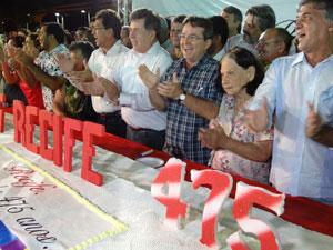 Prefeito João da Costa corta o bolo (Foto: Luna Markman/G1)