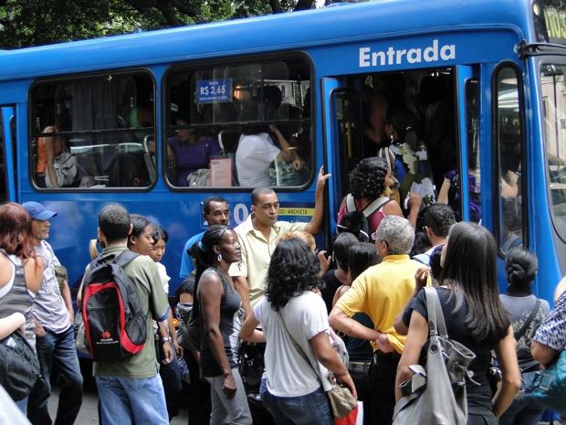 Tumulto na hora de embarcar nos ônibus que rodam nesta segunda-feira em BH (Foto: Pedro Triginelli/G1)