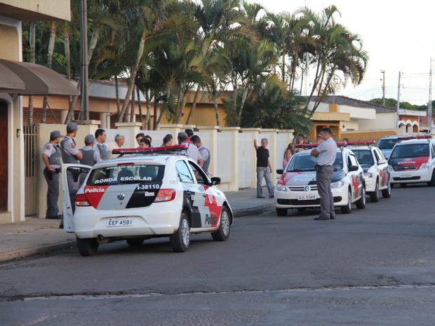 Mulher morre com tiro na cabeça durante assalto em São Carlos, SP (Foto: Maurício Duch)