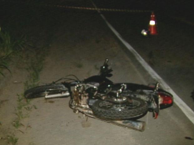 Motociclista morre ao bater frontalmente em uma carreta (Foto: Reprodução/TV Gazeta)