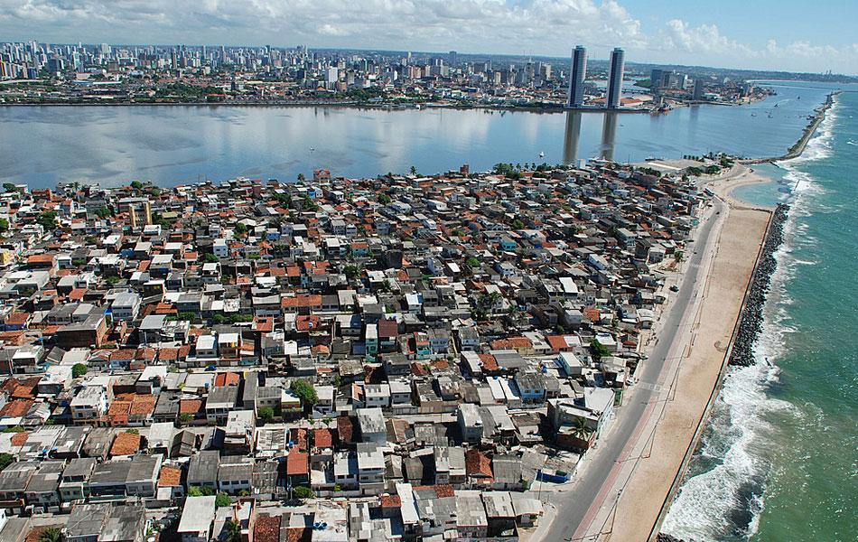 Vista aérea da Zona Sul do Recife, com o centro da cidade ao fundo