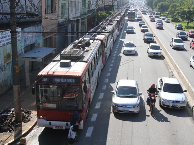 Trólebus que circulavam na Avenida Radial Leste, em São Paulo, foram afetados por um problema na rede de energia do serviço na manhã desta segunda-feira (12). A Companhia de Engenharia de Trânsito (CET) registrou três ruas na região central da cidade com queda de luz, com interferência na rede de trólebus. Os dois primeiros, na Rua da Figueira e na Avenida Rangel Pestana, já estavam normalizados às 10h. A Avenida Celso Garcia, porém, ainda era afetada pelo problema no horário. A CET registrava lentidão por aproximação no sentido Centro como conseqüência. (Foto: Luiz Guarnieri/AE)