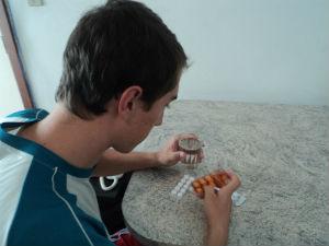 Após intoxicação, Usalio toma cuidado com medicamentos (Foto: Juliana Borges / G1 ES)