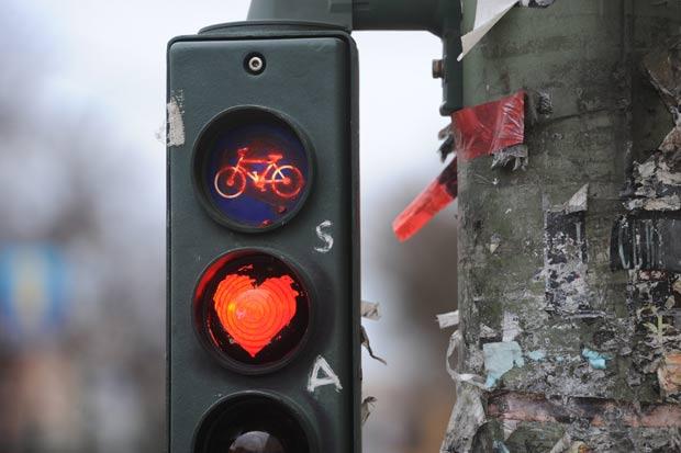 Sinalização de trânsito para ciclistas exibia coração. (Foto: Maurizio Gambarini/AFP)