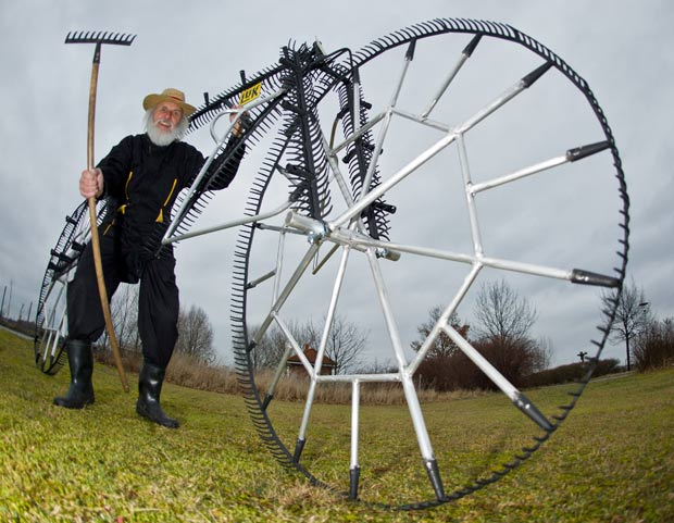 Dieter Senft criou uma bicicleta feita com 111 rastelos. (Foto: Patrick Pleul/AFP)