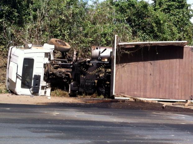 Motorista foi fechado, perdeu o controle da direção e tombou com carreta, na BR-101, em Vila Velha, na Grande Vitória. (Foto: Ted Conti/TV Gazeta)