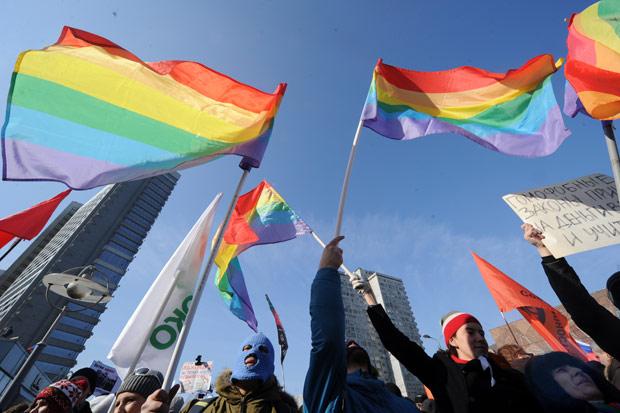 Ativistas pelos direitos gays protestam em Moscou, no último dia 10, contra a aprovação de leis que consideram homofóbicas no país (Foto: Kirill Kudryavtsev / AFP)