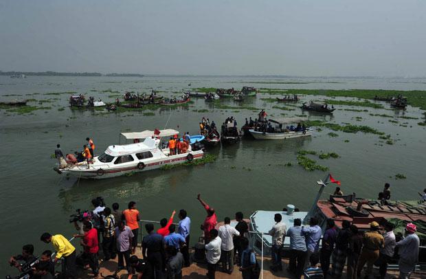 Trabalhos de resgate nesta terça-feira (13) em Bangladesh (Foto: AFP)