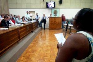 Moradora de Piracicaba em manifestação na Câmara de Vereadores (Foto: Nikolas Capp / G1)
