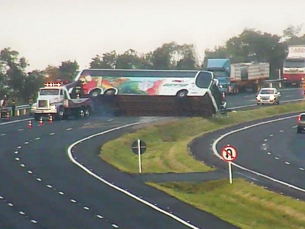 Ônibus com 41 passageiros tomba em rodovia do RS (Foto: Divulgação/Concepa)