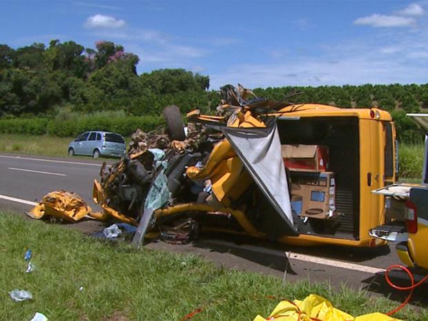 Caminhonete que atingiu traseira de caminhão em acidente na SP-340 (Foto: Reprodução/EPTV)