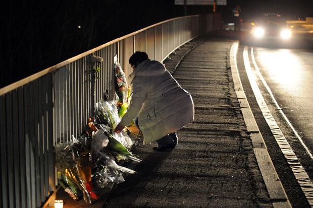 Mulher deposita flores perto do túnel onde ocorreu o acidente em Sierre (Foto: AFP)