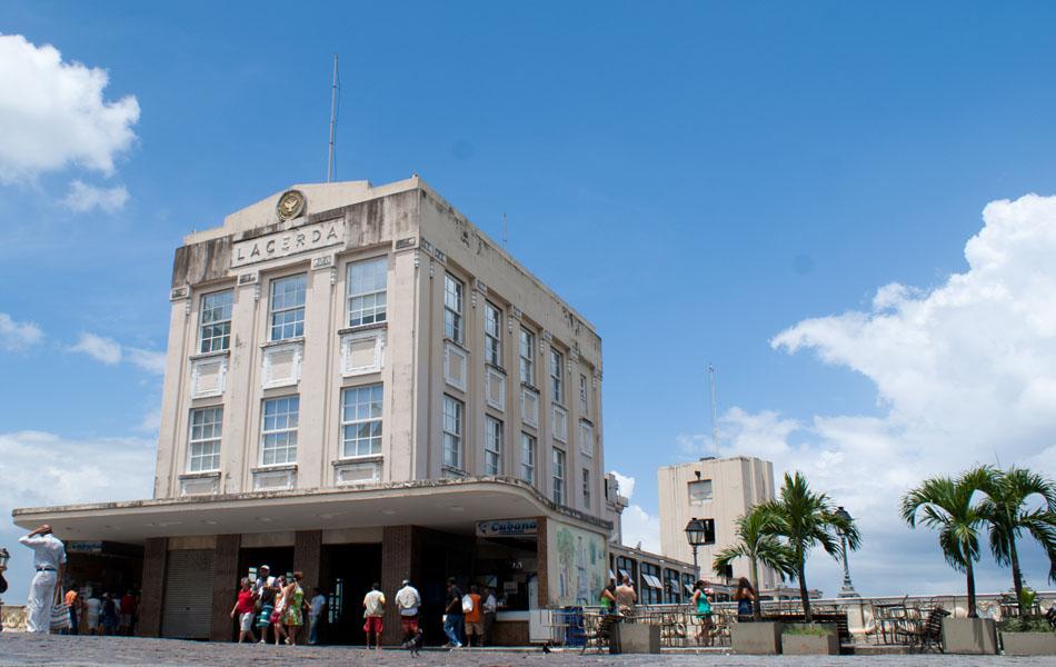 Um dos tradicionais símbolos  de Salvador, o Elevador Lacerda fica muito próximo ao Pelourinho. O prédio fica localizado na Praça Municipal de Salvador, a dois minutos a pé da Praça da Sé.