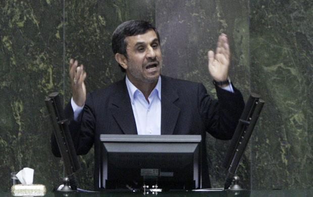 O presidente do Irã, Mahmud Ahmadinejad, defende-se no Parlamento, em Teerã, nesta terça-feira (13) (Foto: AP)