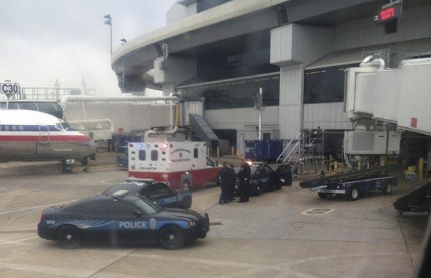Imagem feita de telefone celular mostra pessoal de emergência após incidente de sexta-feira (9) em Dallas (Foto: AP)
