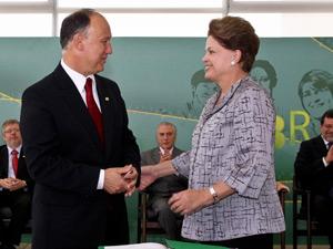 A presidente Dilma Rousseff ao lado do novo ministro do Desenvolvimento Agrário, Pepe Vargas (Foto: Roberto Stuckert Filho / Presidência)