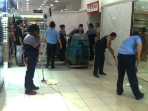 Água invadiu lojas em shopping de Porto Alegre (Foto: Luciane Kohlmann/RBSTV)