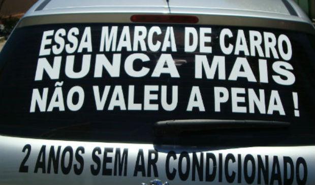 Carro de Felipe foi adesivado em sinal de protesto, em Vila Velha (Foto: Felipe Xavier / VC NO ESTV)