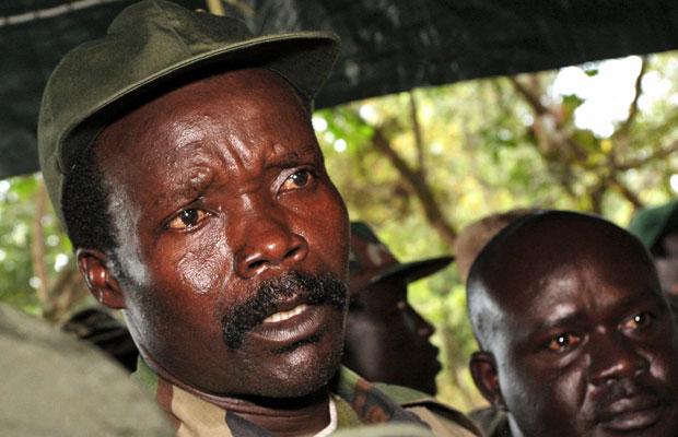 O líder do Exército de Resistência do Senhor, Joseph Kony, responde a perguntas de jornalistas em Ri-Kwamba, no sul do Sudã (Foto: AP)