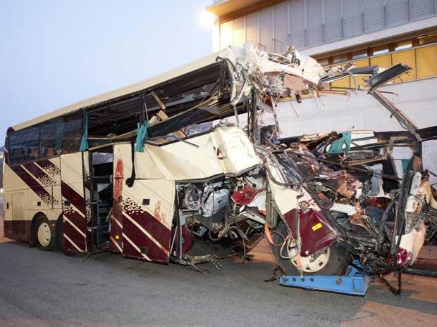 52 pessoas estavam no ônibus; 28 morreram. (Foto: Keystone, Laurent Gillieron / AP Photo)