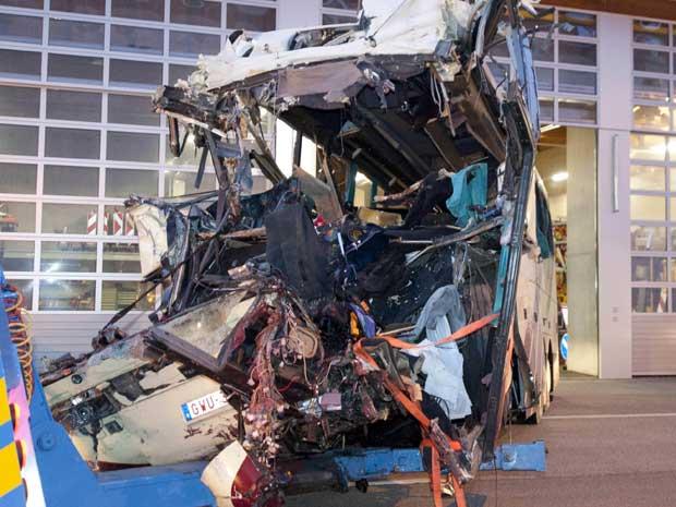 Destroços de ônibus que bateu numa parede do túnel na Suíça, matando 28 pessoas. (Foto: Keystone, Laurent Gillieron / AP Photo)