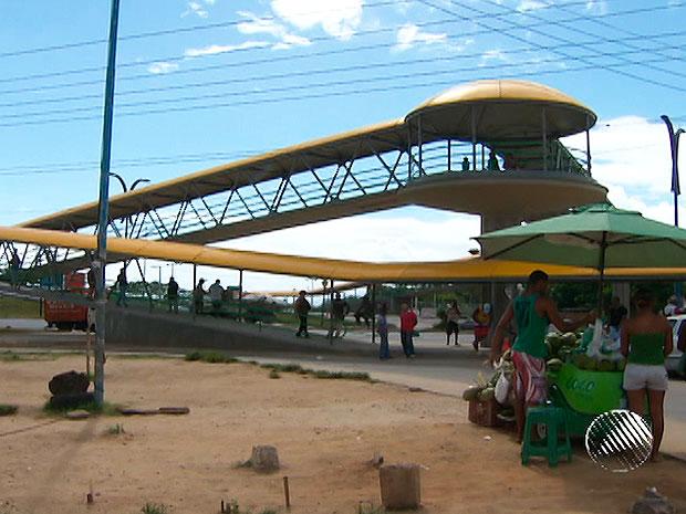 Moradores de São Cristóvão,em Salvador, ganham nova passarela  (Foto: Reprodução/TV Bahia)