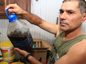 Comerciante Luiz Henrique Valim montou um estoque capaz de alimentar 50 pessoas por um ano (Foto: Cleiton Thiele/Agência RBS)