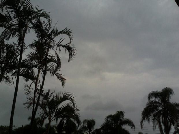 Dia é cinzento em Porto Alegre (Foto: Camila Martins/RBS TV)