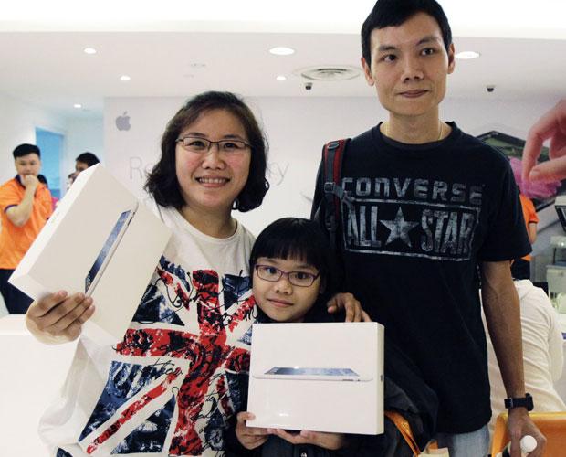 Zhuo Hanling, a mulher, Seah Swee Kheng, e a filha foram os primeiros a comprar o iPad em Cingapura (Foto: Tim Chong/Reuters)