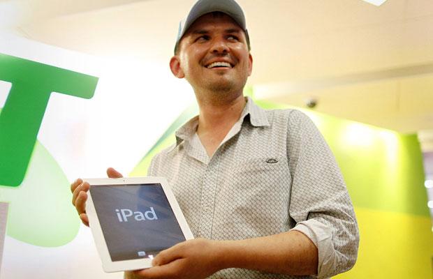 David Tarasenko ficou na fila na Austrália para comprar novo iPad (Foto: Tim Wimborne/Reuters)