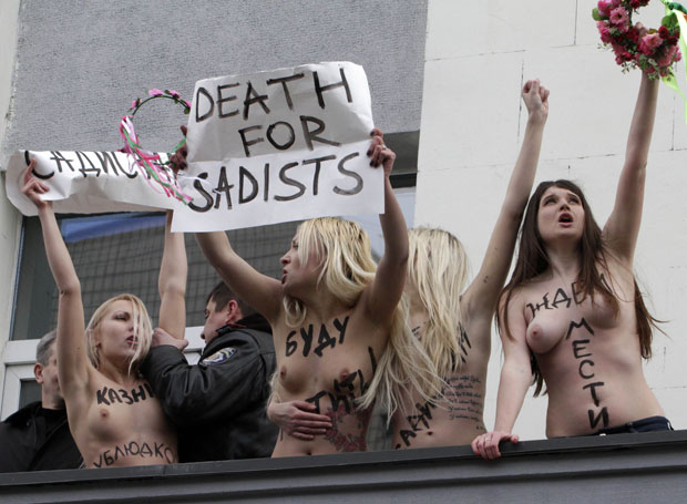 Feministas ucranianas protestam em frente a prédio público de Kiev (Foto: Anatolii Stepanov/Reuters)