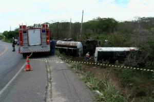Caminhão tomba e combustível do veículo atinge açude  (TV Verdes Mares/Reprodução)