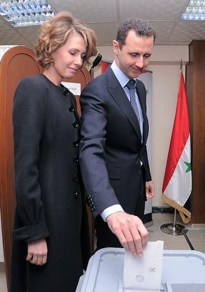 O presidente da Síria, Bashar al Assad, e sua mulher, Asma, votam no referendo da nova constituição síria, em Damasco, em 26 de fevereiro (Foto: AFP)