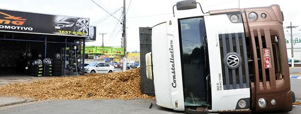 Carreta tomba em avenida de Cuiabá (Foto: Denise Soares/G1)