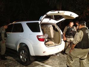 Carro é roubado e abandonado em João Pessoa (Foto: Walter Paparazzo/G1)