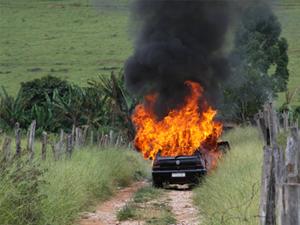 Carro de agentes penitenciários é incendiado. (Foto: Sérgio Andrigo)
