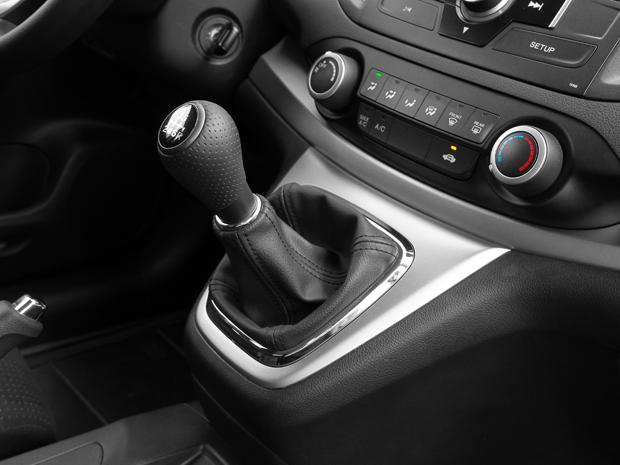 Na versão LX, câmbio manual e ar-condicionado analógico.  (Foto: Divulgação)
